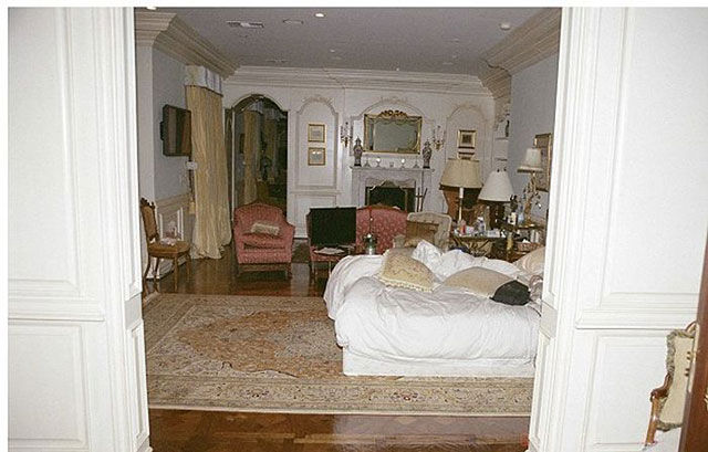 michael_jacksons_bedroom_on_the_day_of_his_death_640_28