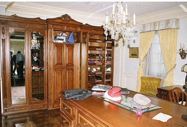 michael_jacksons_bedroom_on_the_day_of_his_death_640_33
